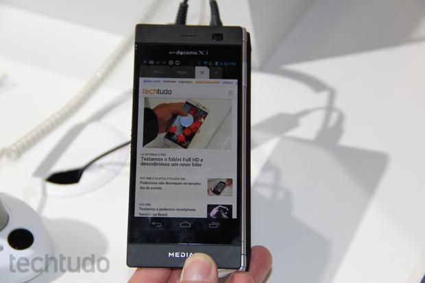 O smartphone da NEC roda Android e também funciona com apenas uma tela (Foto: Fabrício Vitorino/TechTudo)