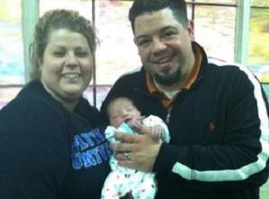 Jake e Jessica Hance adotaram bebê com ajuda de arrecadação feita no Facebook (Foto: Reprodução/Daily Dot)