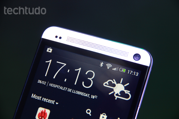 HTC One tem tela de 4,7 polegadas Full HD, mas deixa a desejar frente aos concorrentes (Foto: Allan Melo/TechTudo)