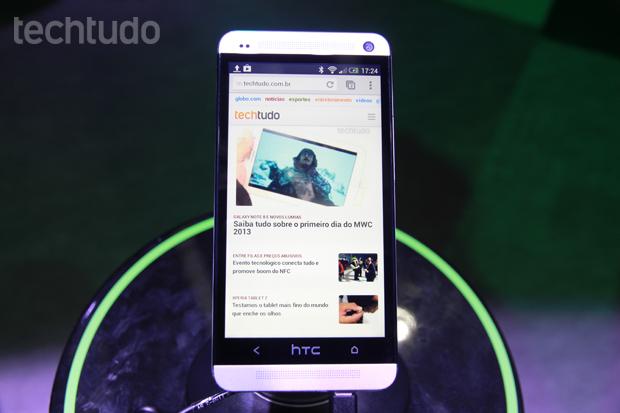 HTC One tem tela ligeiramente menos do que o Galaxy S3, mas com resolução maior (Foto: Allan Melo/TechTudo)