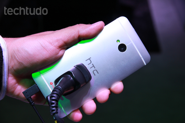HTC One tem estrutura em aluminio (Foto: Allan Melo/TechTudo)