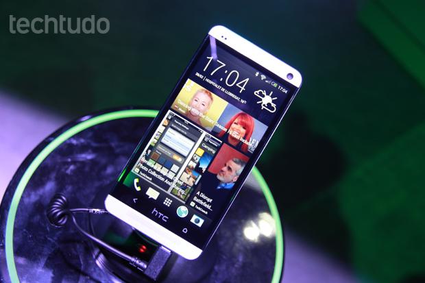 HTC One tem parte frontal semelhante à do BlackBerry Z10 (Foto: Allan Melo/TechTudo)
