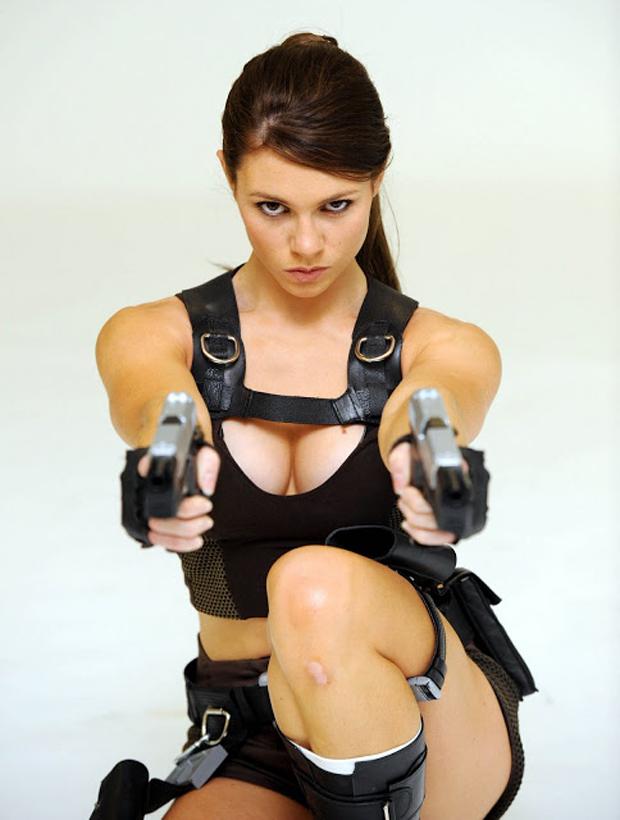 Alison Carroll aponta as icônicas pistolas de Lara para a foto (Foto: Guitarse Gaming)