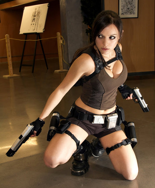 Cosplayer Illyne encarna Lara Croft em meio a um museu (Foto: Guitarse Gaming)