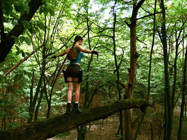 Tanya Sochivets se equilibra em um tronco de árvore como Lara Croft faria (Foto: Guitarse Gaming)