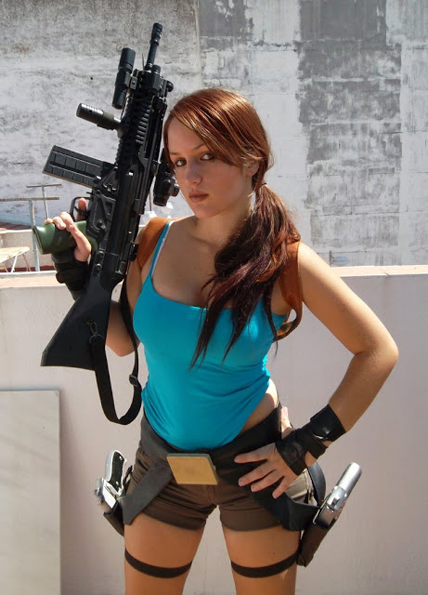 A cosplayer espanhola Val-Raiseth interpreta uma Lara com armamento pesado (Foto: Guitarse Gaming)