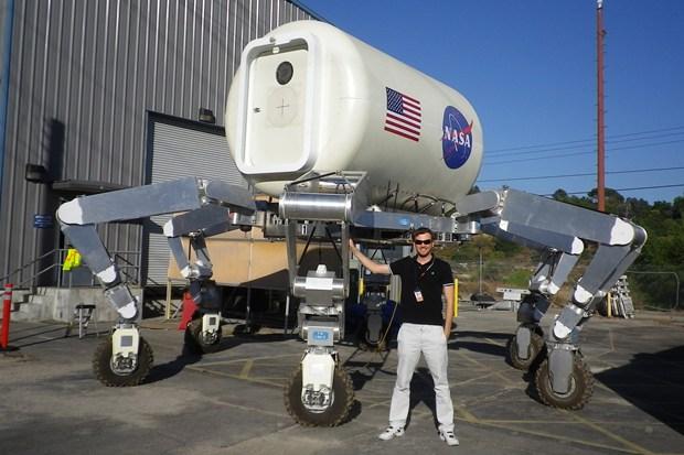Com protótipos já testados, a NASA acredita que o ATHLETE possa construir o abrigo na Lua em aproximadamente 2 semanas (Foto: Reprodução/ Wired)