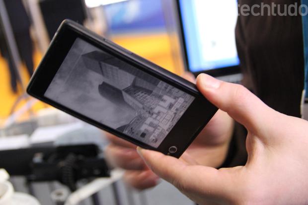 YotaPhone é um aparelho leve e com hardware de respeito (Foto: Fabrício Vitorino/TechTudo)