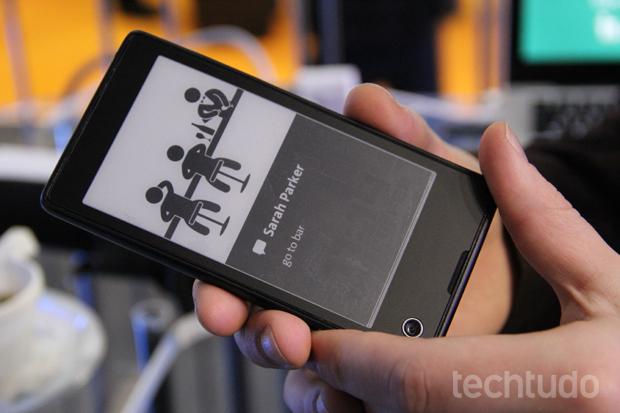 YotaPhone pode exibir conteúdos diferentes nas duas telas (Foto: Fabrício Vitorino/TechTudo)