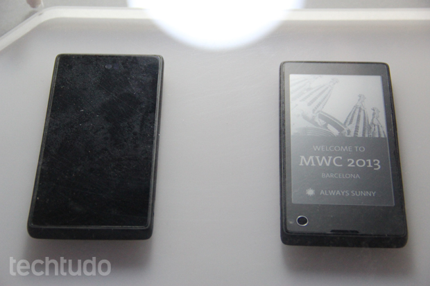 YotaPhone tem painel e-ink que continua exibindo conteúdo, mesmo que a bateria acabe (Foto: Fabrício Vitorino/TechTudo)