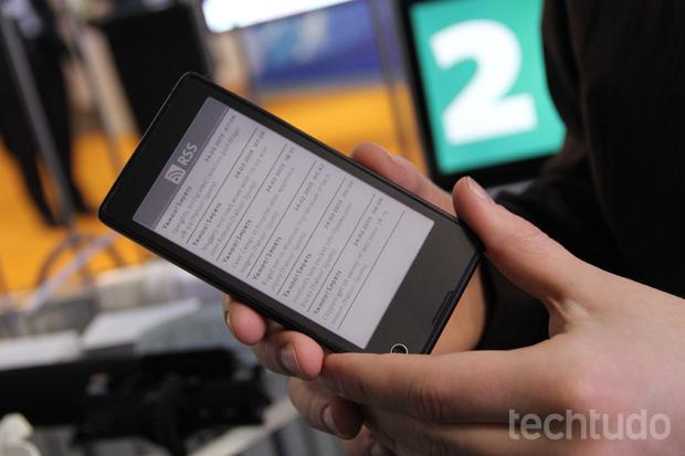 YotaPhone também exibe app de redes sociais na tela e-ink  (Foto: Fabrício Vitorino/TechTudo)