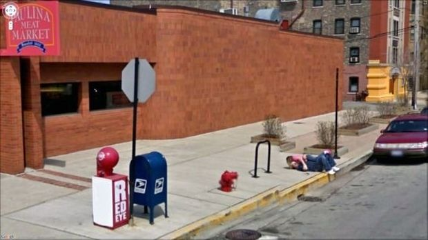 Casal se abraçando na rua flagrados pelo Street View (Foto: Reprodução|BuzzFeed)