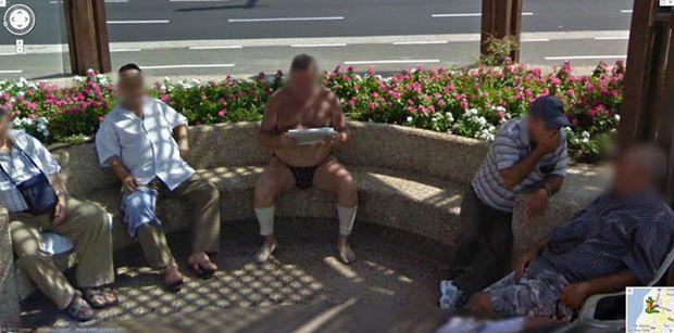 Homem lê notícias da forma mais normal do mundo (Foto: Reprodução|BuzzFeed)