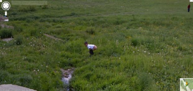 Por que ser fotografado defecando no Google Street View? (Foto: Reprodução|BuzzFeed)