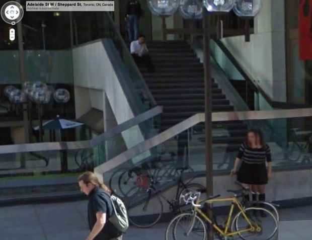 Mulher com várias pernas é registrada no Google Street View (Reprodução|BuzzFeed)