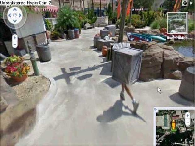 Pessoa andando com uma caixa no Street View (Reprodução|BuzzFeed)