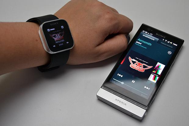 É possível controlar a música pelo SmartWatch (Foto: Stella Dauer)