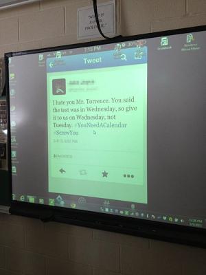Professor colocou tuíte ofensivo como papel de parede do computador (Foto: Reprodução Reddit) (Foto: Professor colocou tuíte ofensivo como papel de parede do computador (Foto: Reprodução Reddit))