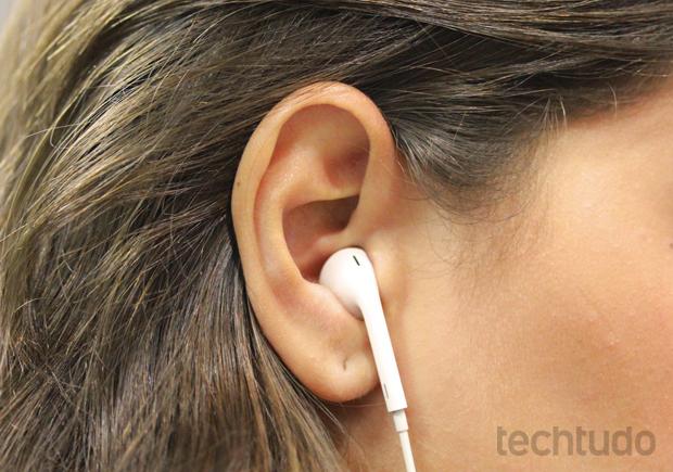 Earpods encaixam bem na orelha do usuário (Foto: Marlon Câmara/TechTudo)
