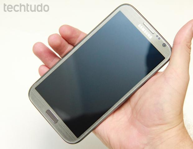 Manuseio do Galaxy Note 2 (Foto: Allan Melo/TechTudo)