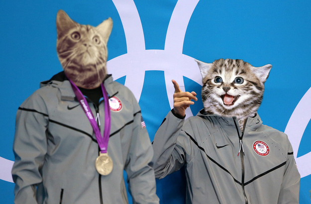 Esperando sua medalha de ouro, Michael Phelps aponta para nadador que levou a prata em Londres (Foto: Reprodução/PoyiCats)