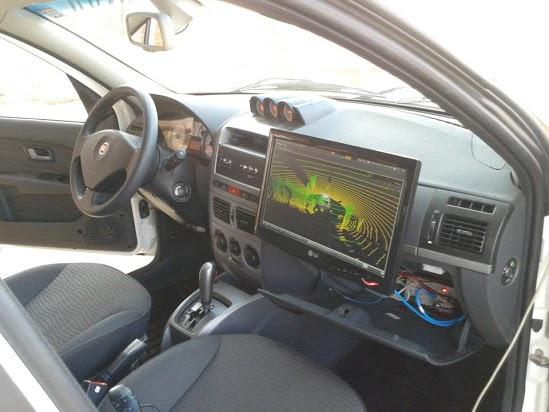 Computador no porta-luvas comanda ações do veículo (Foto: Arquivo Pessoal)