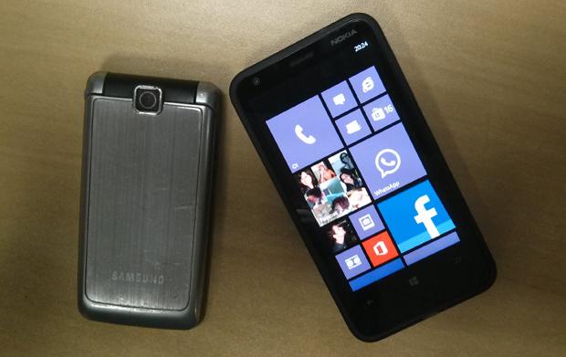 Um celular ao lado de um dos novos smartphones (Foto: Marlon Câmara/TechTudo)