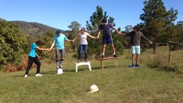 Jovens criam 'corrente elétrica humana' em vídeo do YouTube (Foto: Reprodução/YouTube)