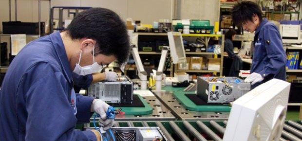 Fábrica de PCs no Japão (Foto: Reprodução / The Guardian)