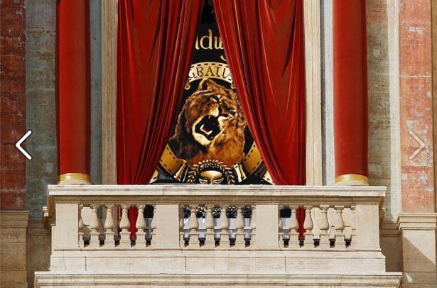O leão da MGM Studios na varanda central da Basílica de São Pedro (Foto: Reprodução)