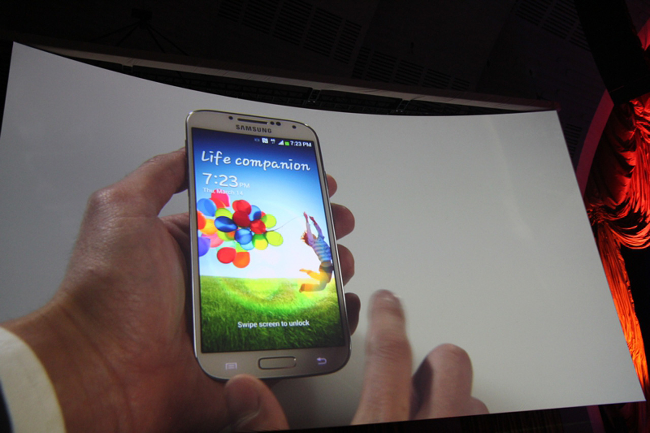Detalhes do display super Amoled Full HD do Galaxy S4 (Foto: Allan Melo/ TechTudo)
