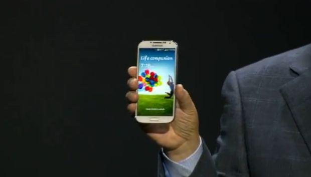 Galaxy S4 nas mãos do executivo SK Shin (Foto: Reprodução/YouTube) (Foto: Galaxy S4 nas mãos do executivo SK Shin (Foto: Reprodução/YouTube))