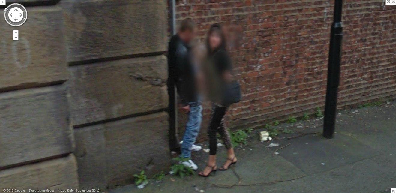 Imagem feita pelo Google Street View flagra casal com 'mão boba' em Manchester (Foto: Reprodução / Gawek)