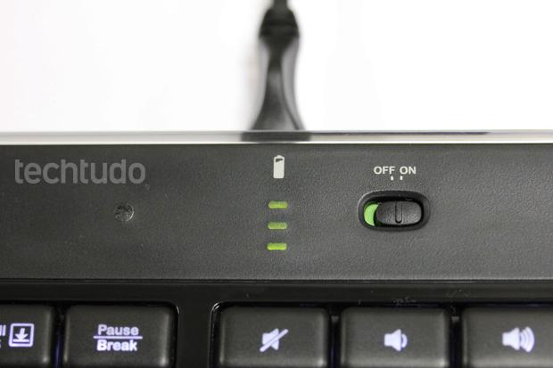 Indicação de bateria do Logitech K800 (Foto: TechTudo/Pedro Cardoso)
