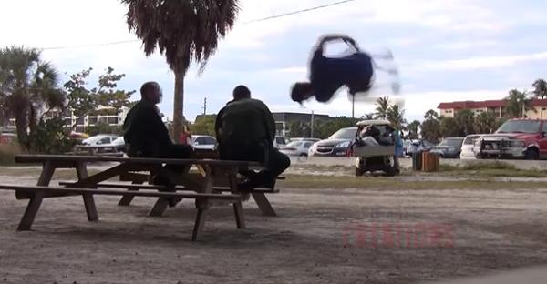 Rapaz pulou por cima de policiais e acabou preso (Foto: Reprodução/YouTube)