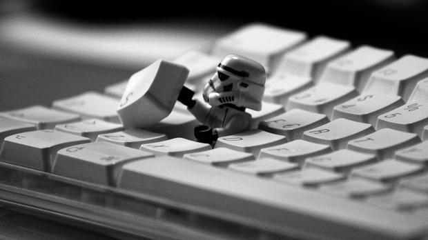 Procure defeitos, como uma tecla solta teclado (Foto: Reprodução/ Papel de Parede para PC)