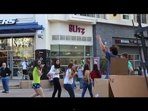 Escondido em uma caixa, rapaz assusta dezenas de pessoas em vídeo no YouTube (Foto: Reprodução/YouTube)