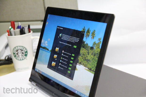 Modo stand, oferece uma facilidade para se exibir filmes ao se girar a tela em 180 graus (Foto: TechTudo/Rodrigo Bastos)