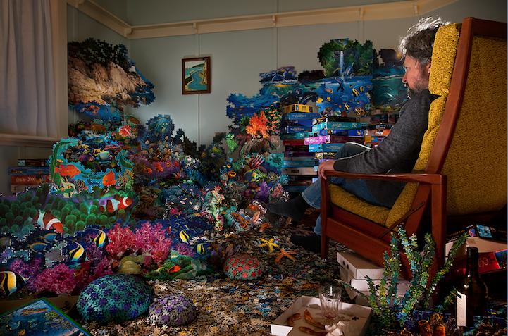 """As pessoas das imagens """"brincam de Deus"""" dentro de recintos, construindo atmosferas surreais com pequenos objetos caseiros (Foto: Divulgação/ Magdalena Bors)"""