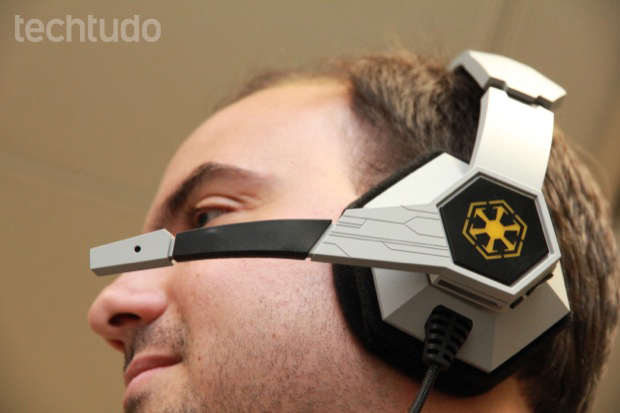 Microfone do headset Star Wars: The Old Republic pode ser ajustado (Foto: Allan Melo / TechTudo)