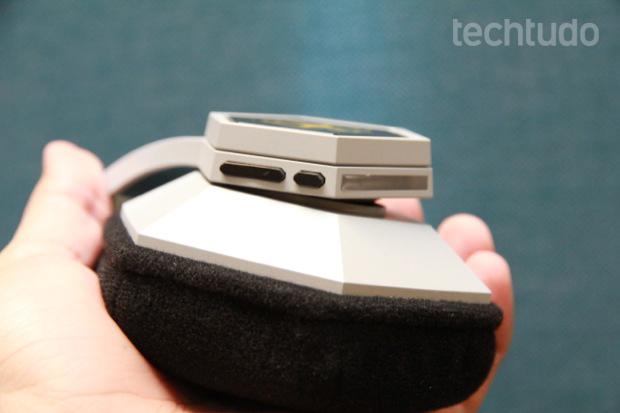Detalhe dos controles de volume e microfone no headset da Razer (Foto: Allan Melo / TechTudo)