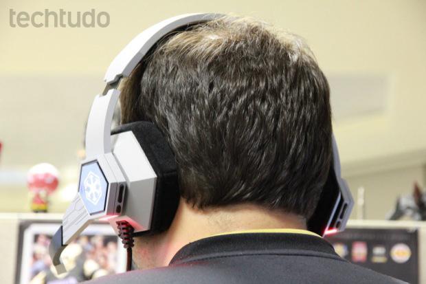 O headset em homenagem ao Star Wars: The Old Republic é pesado e aperta a cabeça (Foto: Allan Melo / TechTudo)