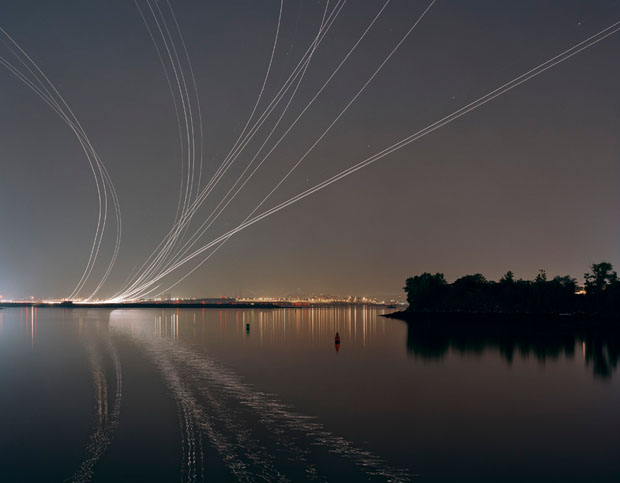 Em Nachtfluge o fotografo Kevin Cooley traduziu o desenho dos voo noturnos pelo céu (Foto: Reprodução/ Kevin Cooley)