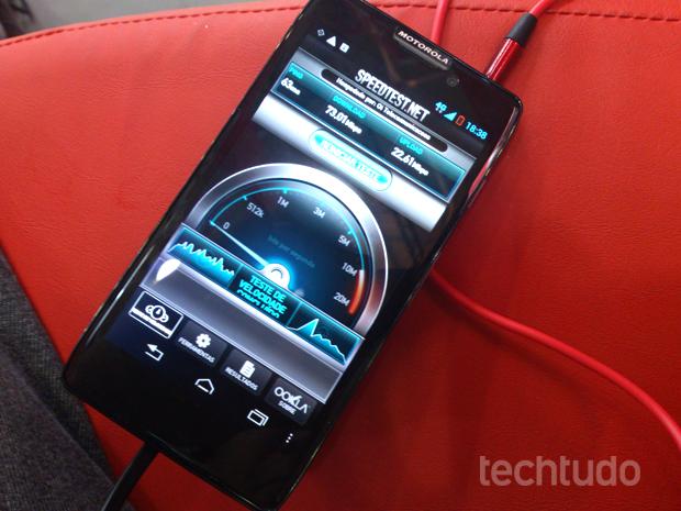 Motorola Razr HD é um dos poucos modelos compatíveis com a rede 4G brasileira (Foto: Allan Melo / TechTudo)