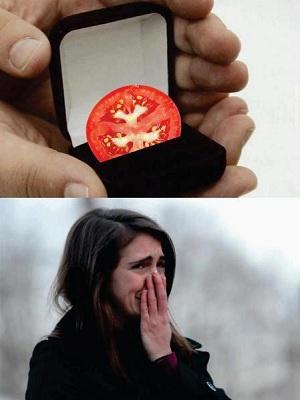 Tomate substituiu até anel de noivado nos memes (Foto: Reprodução/Facebook)