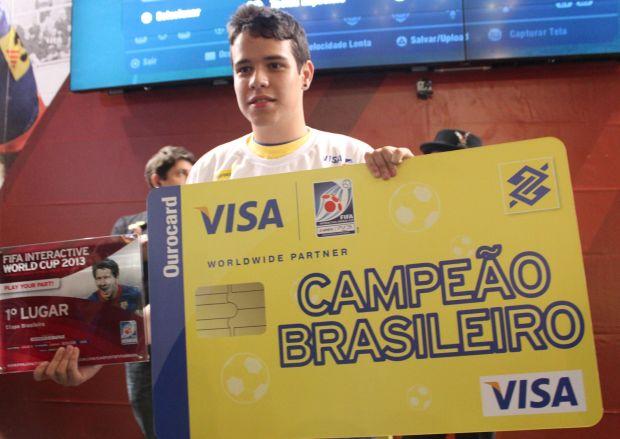 Guilherme Gonzaga, o campeão, recebendo o seu prêmio (Foto: Divulgação)