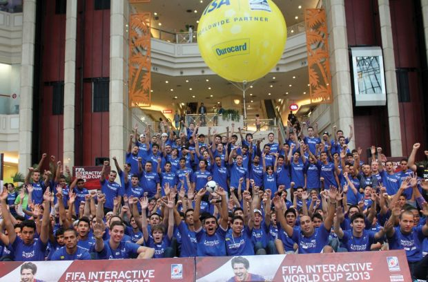 Os gamers que jogaram Fifa 13 na 'Copa do Mundo dos games (Foto: Reprodução/Electronic Arts/Facebook)