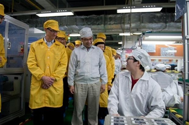 Tim Cook visita a Foxconn em junho de 2012 (Foto: Reprodução / LiveTradingNews)