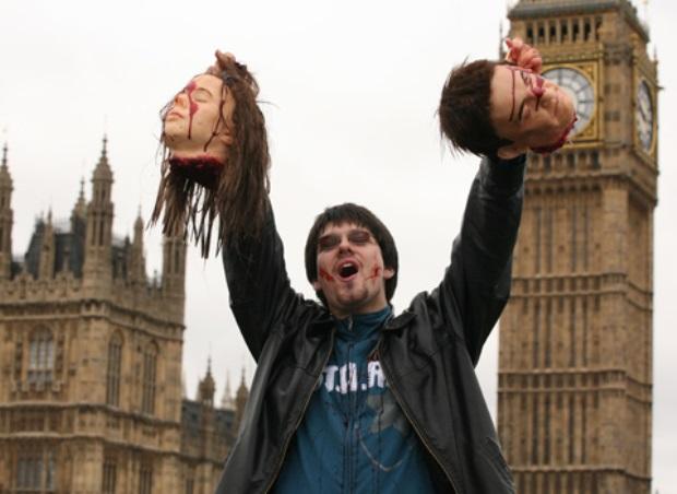 Rapaz encontra algumas das cabeças perdidas por Londres (Foto: Divulgação)