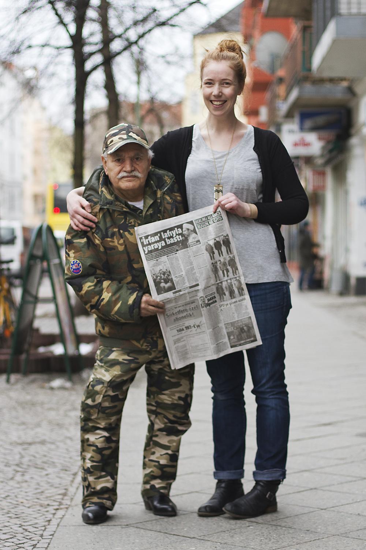 Zoe posa para foto com Ali e o jornal turco (Foto: Reprodução)